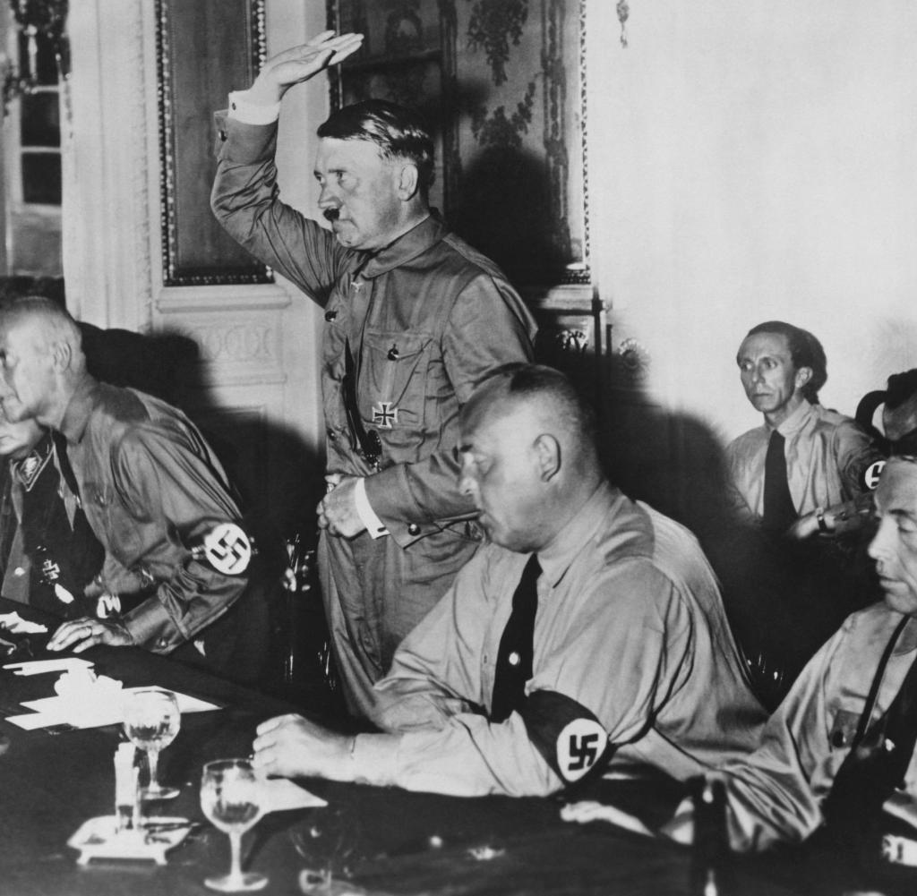 Hitler vereidigt Parlamentarier im Kaise Poe t9 1 uemi 6L l e 9 ne l e ne